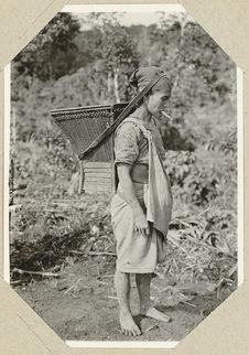 """Femme """"Ilongot"""" portant un panier"""