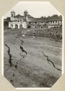Eglise détruite par un tremblement de terre