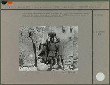 """Jeune homme transportant un canari de """"dolo&quot"""